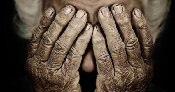 Cine are părinţi, pe pământ nu în gând, mai aude şi-n somn ochii lumii plângând, că am fost, că n-am fost, ori că suntem cuminţi, astăzi îmbătrânind ne e dor de părinţi.