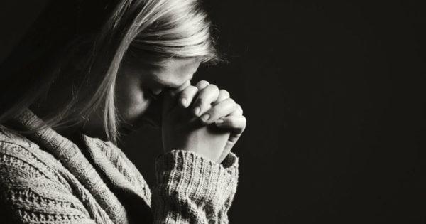 Într-o zi, o femeie a venit la Dumnezeu. Spatele ei era îndoit sub greutatea unui sac mare….