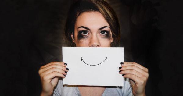 De ce este dăunător să-ți ascunzi depresia în spatele unui zâmbet fals